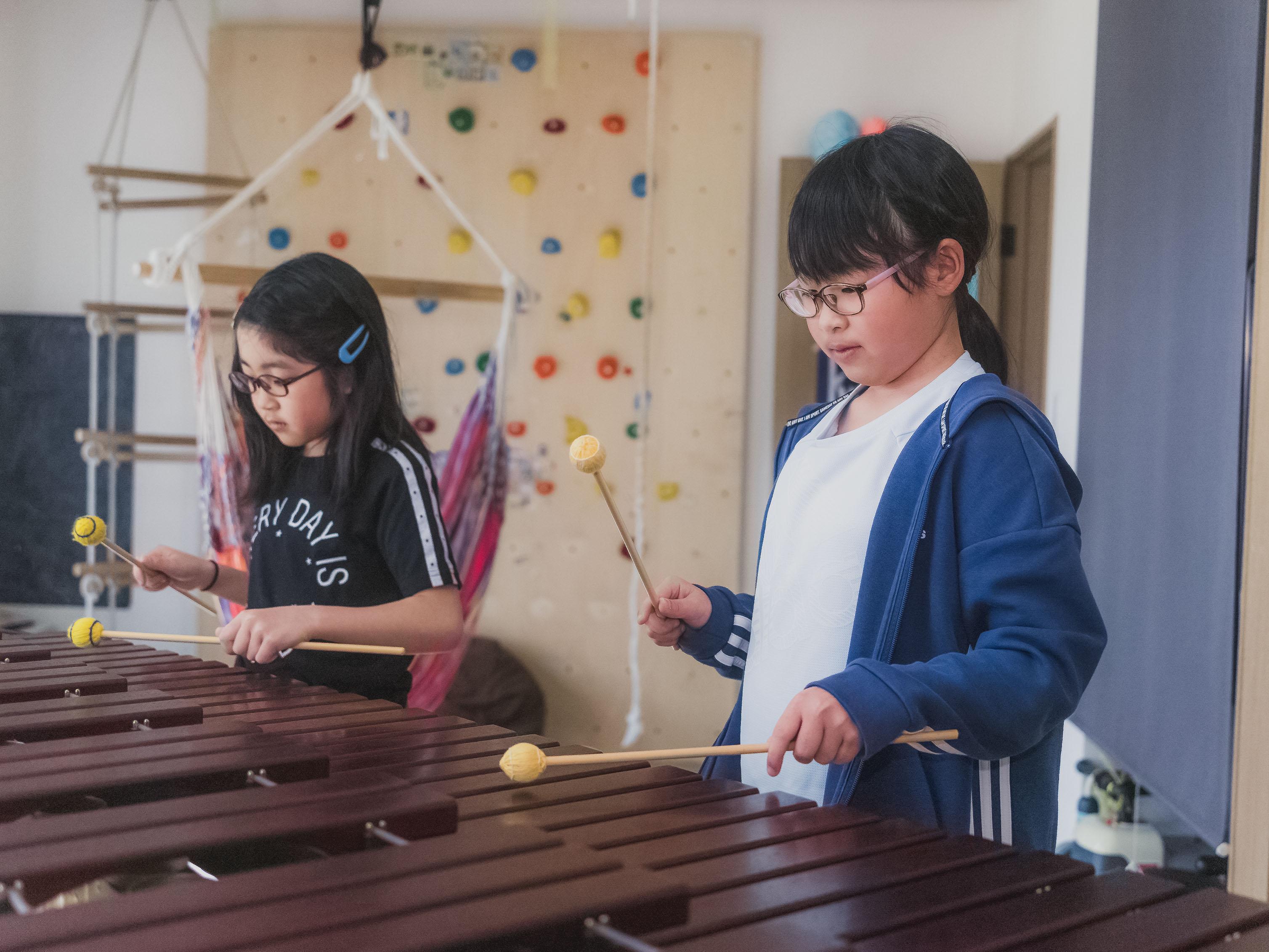 マリンバを演奏する前田七穂さん・千穂さん姉妹